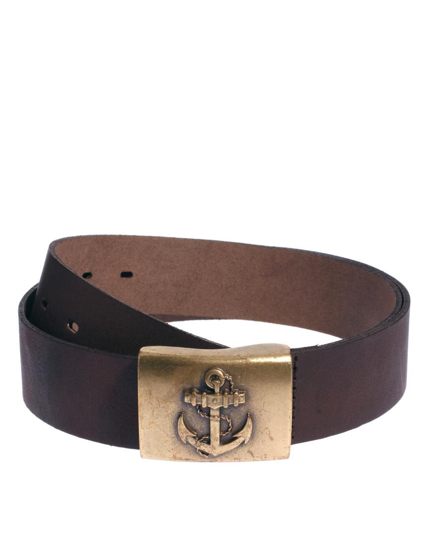 Foto Cinturón de cuero con detalle en forma de ancla en la hebilla de A...