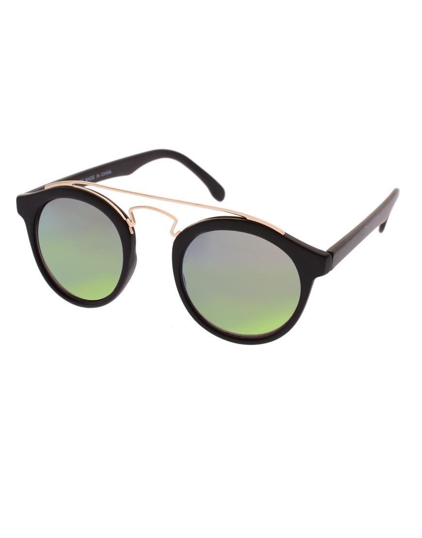 Foto Gafas de sol redondas con detalle de puente de metal y lentes de es...