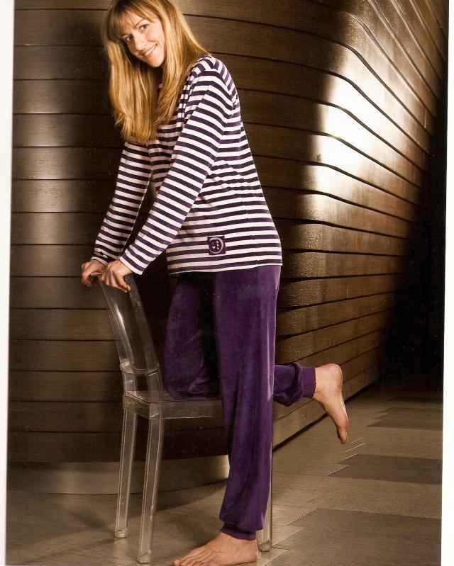 fba624065 Foto Pijama de mujer de terciopelo con puño estampado rayas de barandi foto  48755