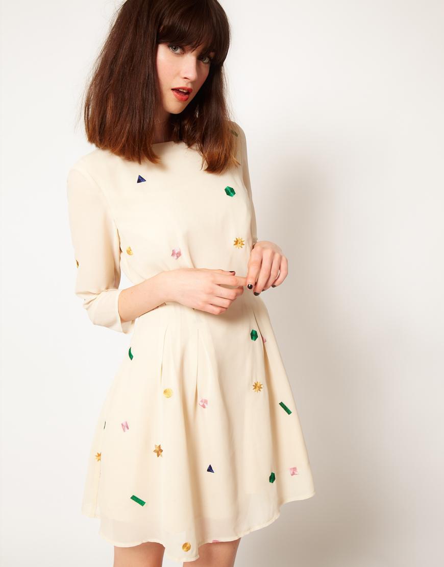 Foto Vestido bordado con detalle de cuadros y estrellas de Nishe Crema /...