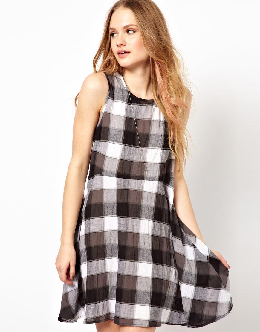 Foto Vestido estilo pichi de cuadros de Minkpink Cuadros grises